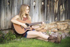 hvordan sidder man med guitaren